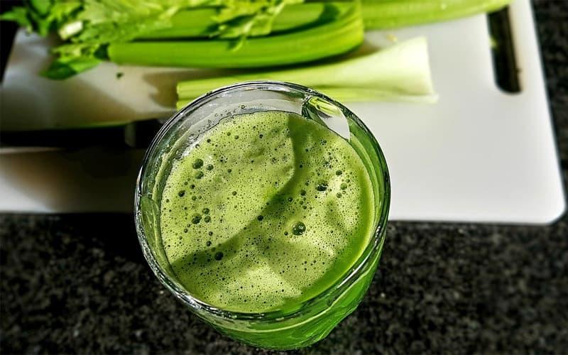 Recept Smoothie řapíkatý celer se špenátem a brokolicí - nejsmoothie.cz